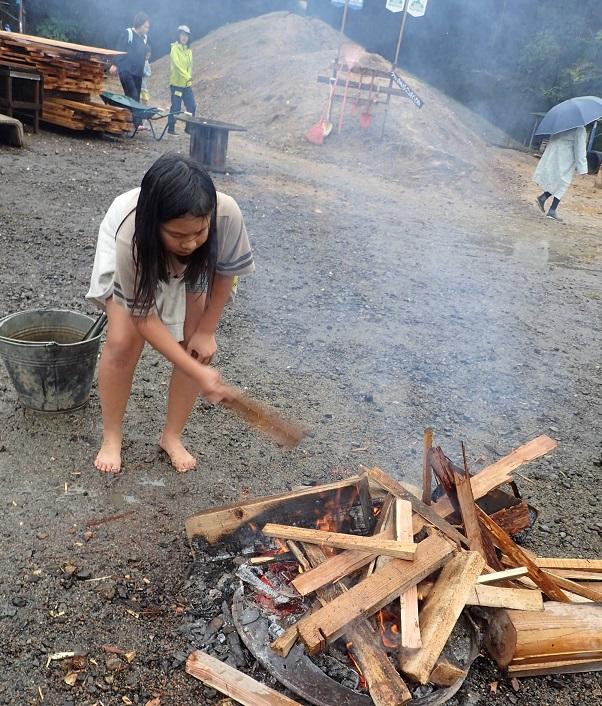 週末プレーパークで焚火を楽しむ女の子