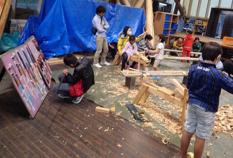 家で使う木工品をつくる家族