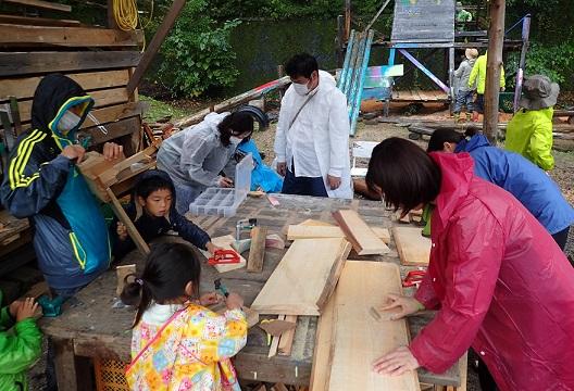 屋外の木工エリアでは、大人が欲しいものを作っていました
