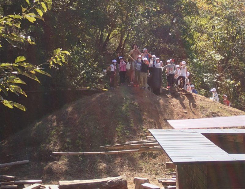 モリノス山の山頂に立つナバさんと子どもたち