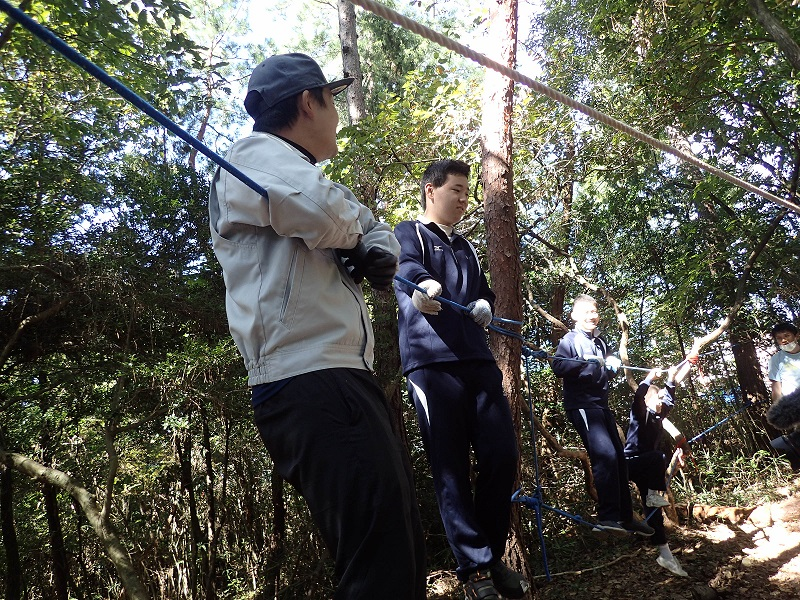 ロープの綱渡りはいつも大人気