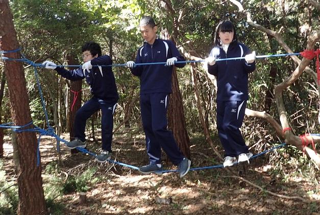 ロープ渡りは女子にも人気です。