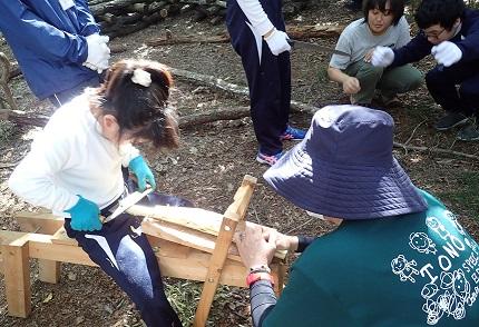 削り馬で枝を削る中学生