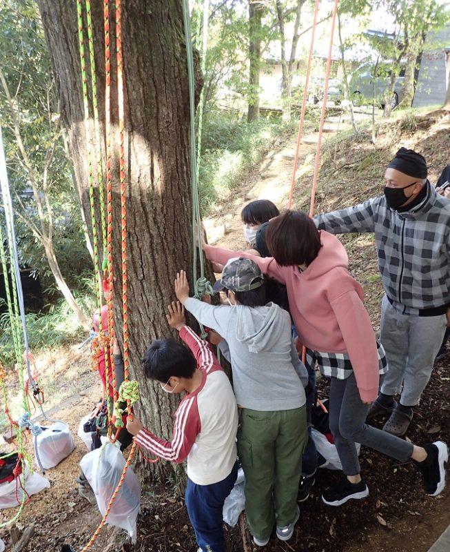 午前の部の始まり、最初に「木に挨拶」する参加者