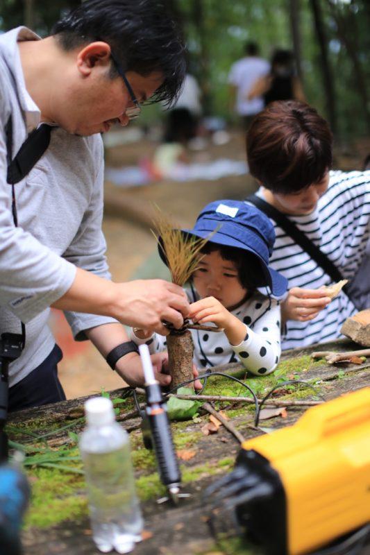 親子で森の素材を使って人形作り