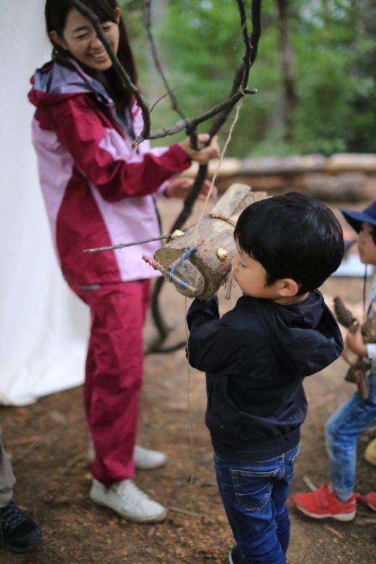 カブトムシの人形が木の枝に蜜を吸いに来る演技