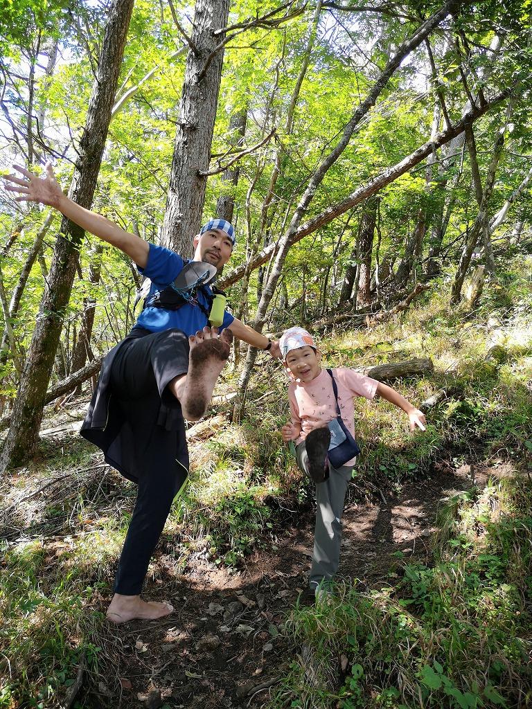 森の中を裸足で歩く