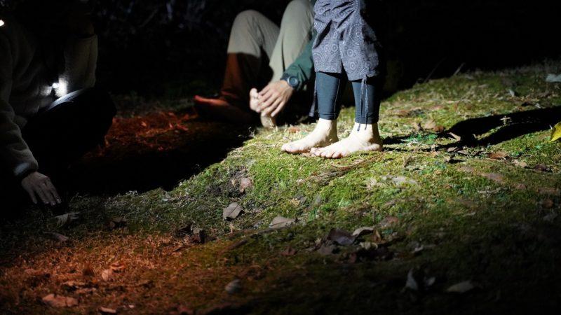 裸足で苔の上を歩く