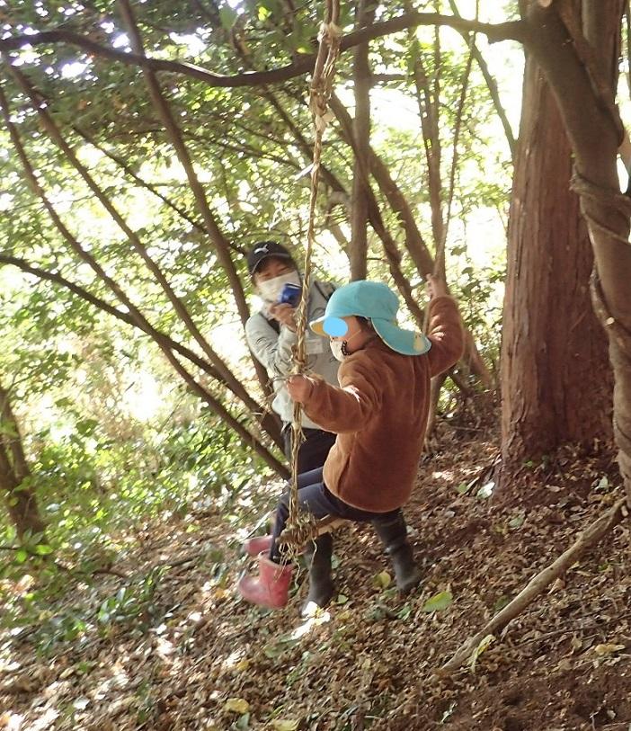 ヒメコウゾのブランコを楽しむ園児