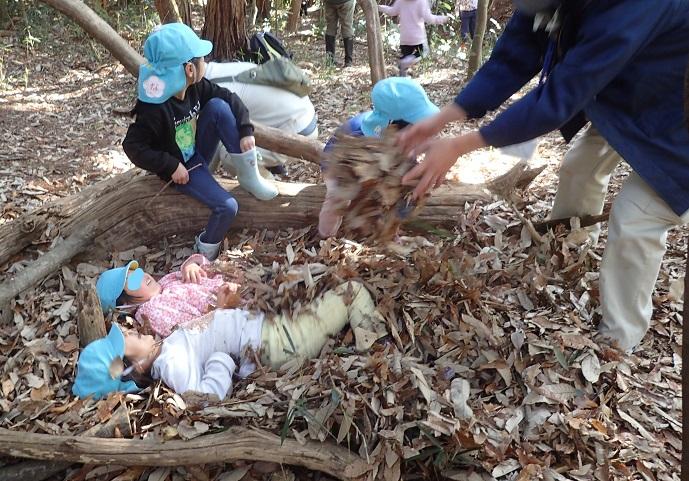 園児も落ち葉に埋まる
