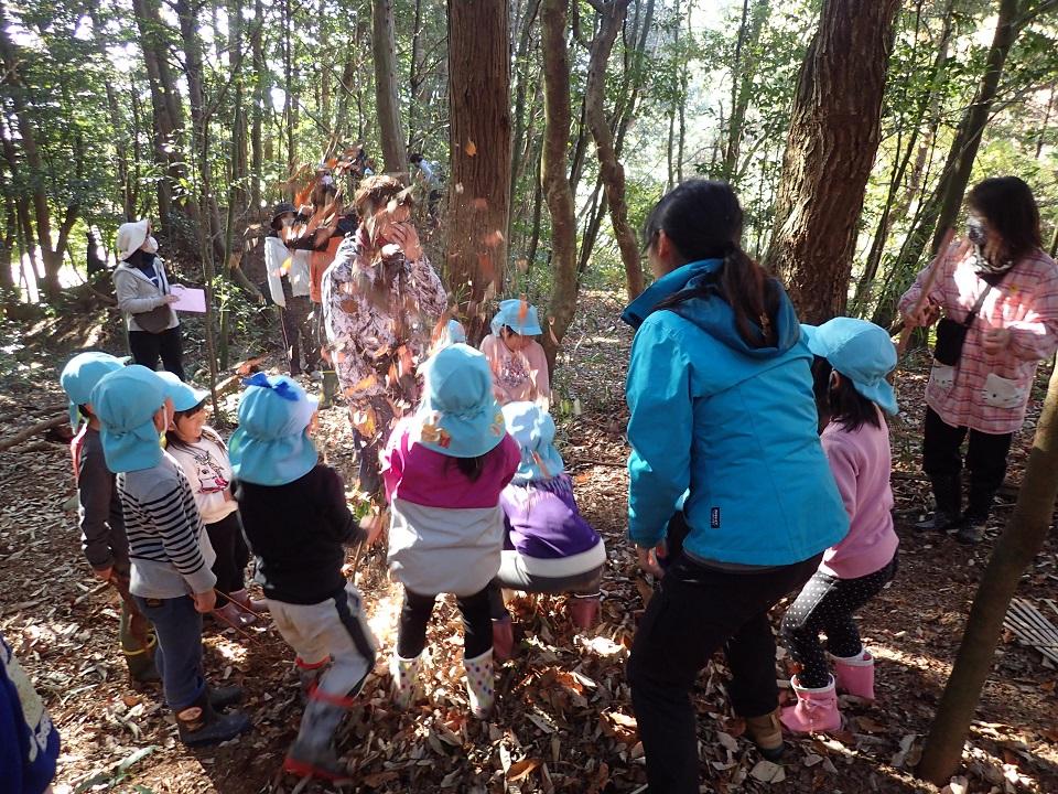 落ち葉のサプライズをする園児たち