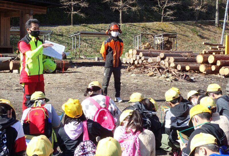 林業機械の説明を聞く子どもたち