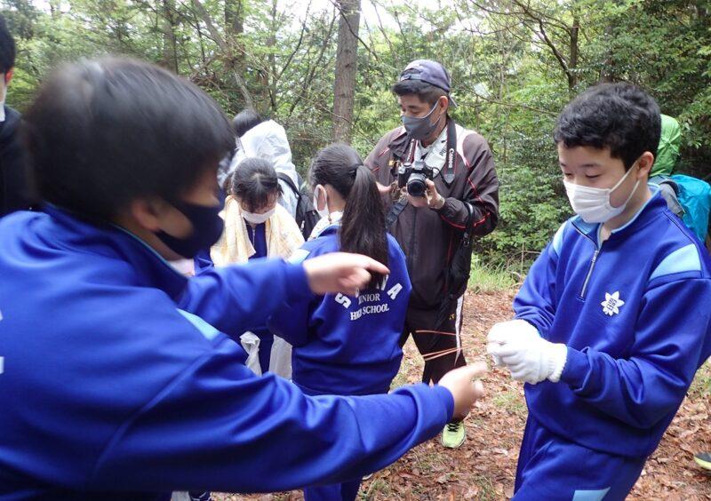 松葉相撲をする中学生