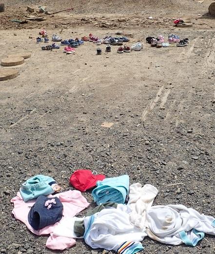 脱ぎ捨てられた服と靴