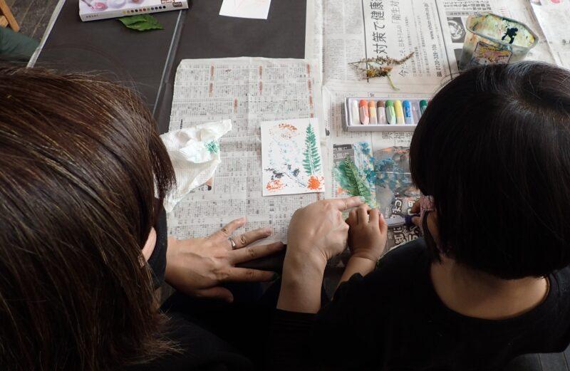 葉脈を見ながら水性インクを調整する参加者