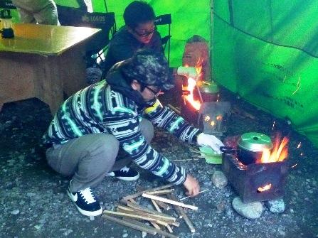 キャンプ炊事風景