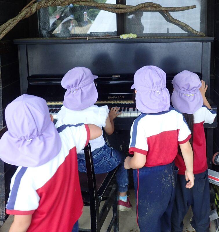 ピアノ演奏する子どもたち
