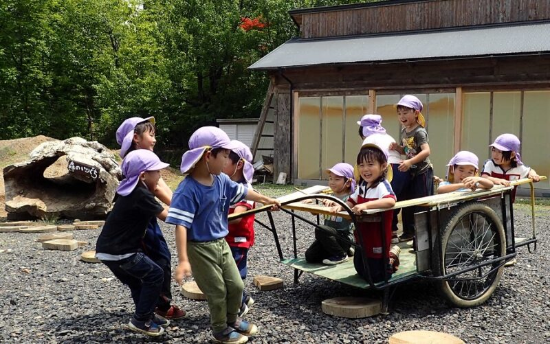 リヤカーを楽しむ子どもたち
