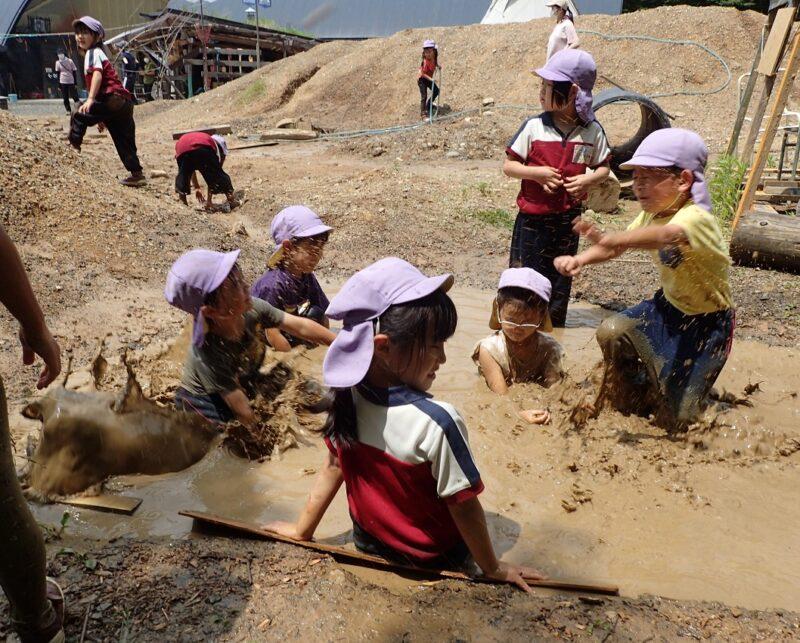 モリノス泥温泉に飛び込む子どもたち