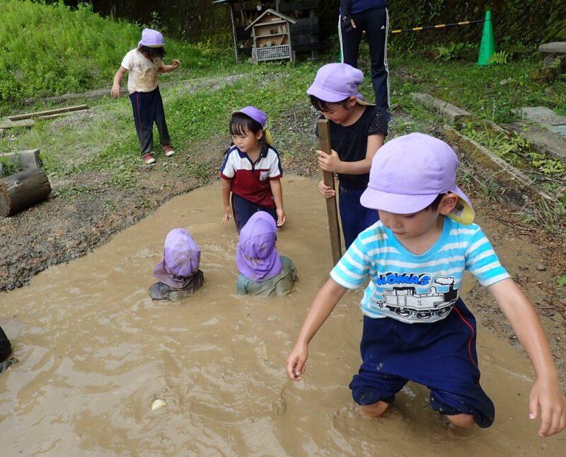 モリノス泥温泉につかる子どもたち