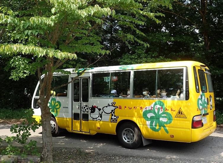 バスで帰路につく子どもたち