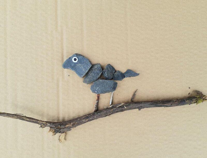 小枝の上にのる石の野鳥